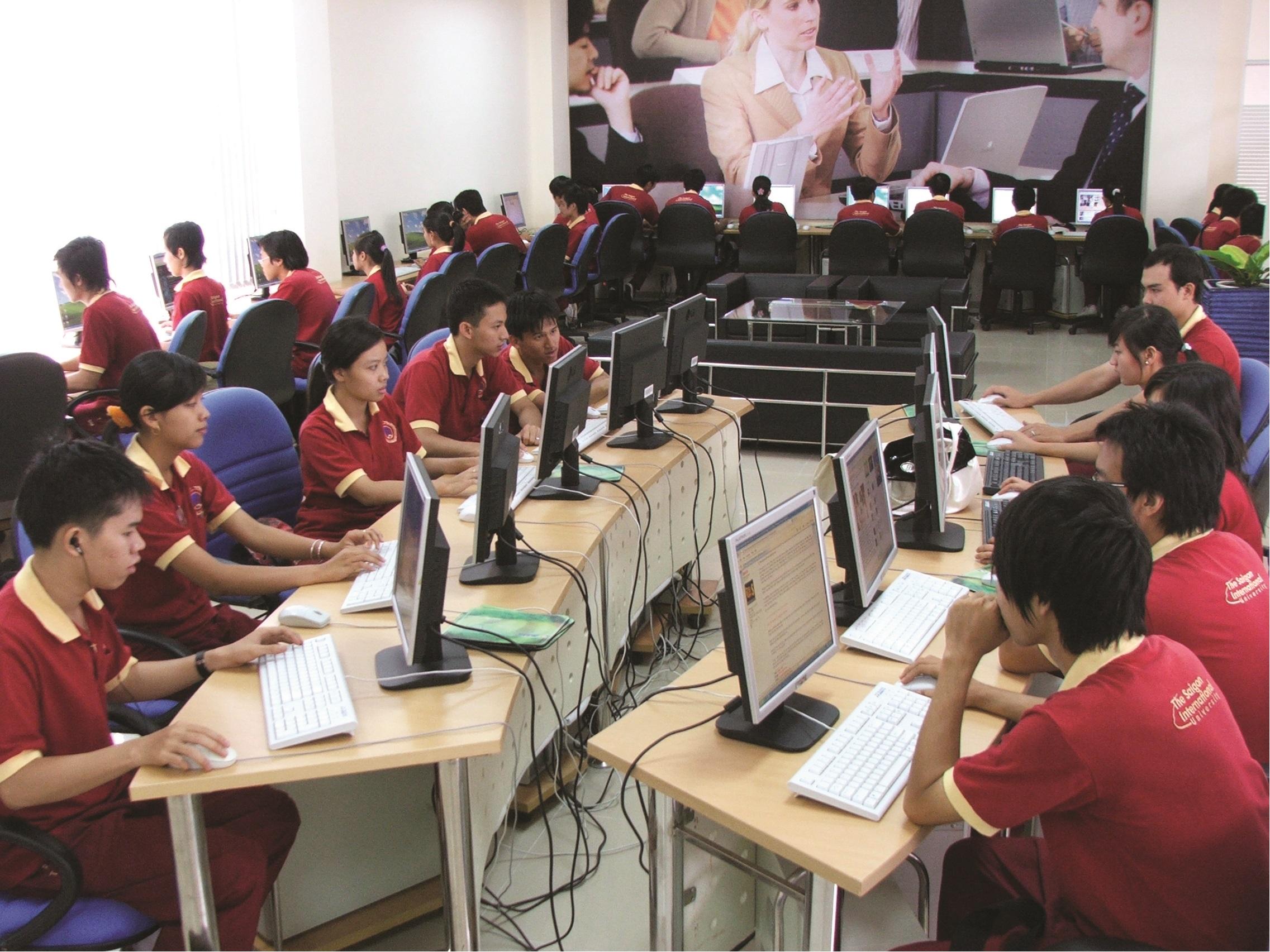 Sinh viên Trường Đại học Quốc tế Sài Gòn (SIU) trong thư viện điện tử