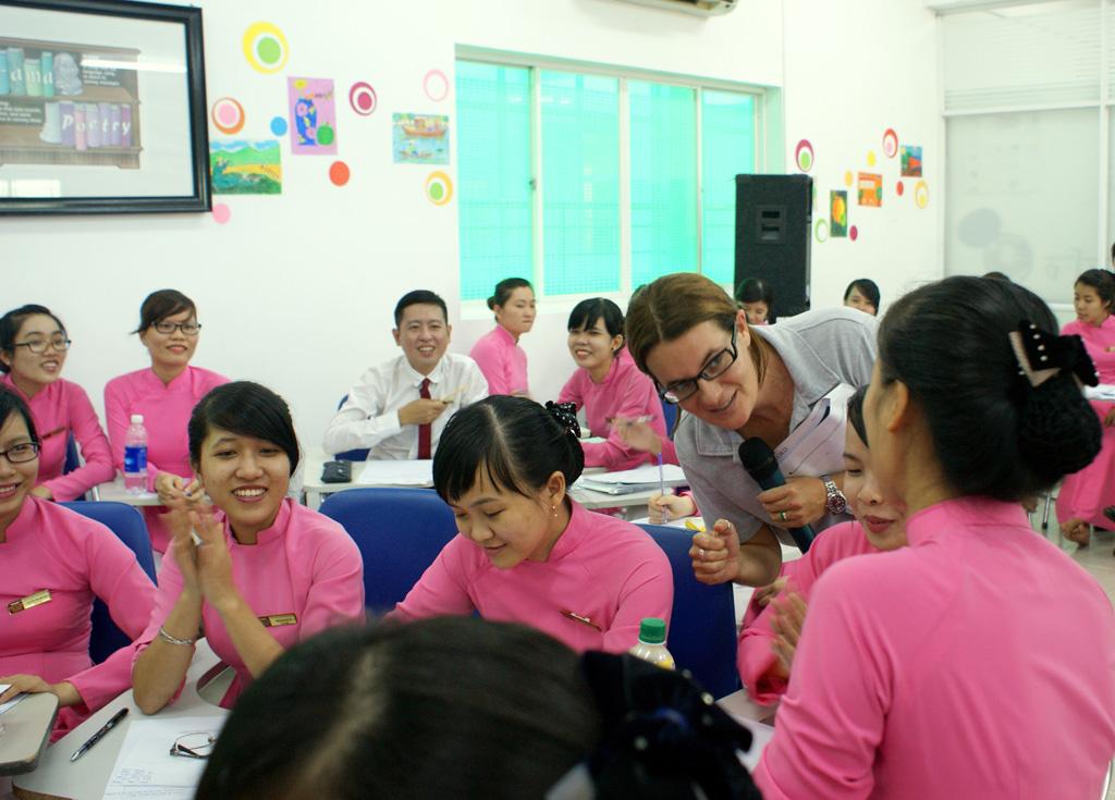 Chuyên gia trao đổi cùng giáo viên AHS tại buổi tập huấn